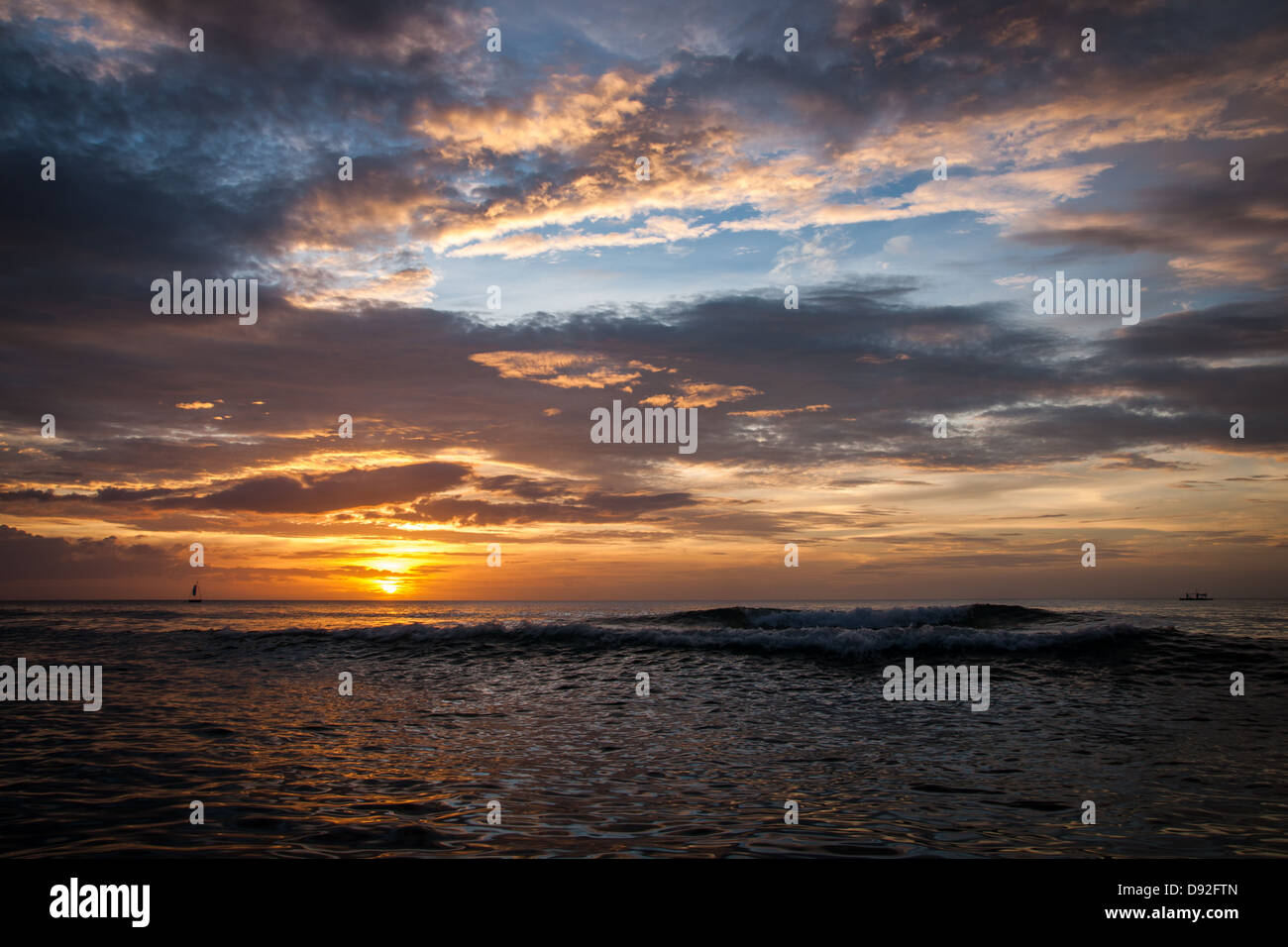 Rottura d'onda al tramonto sulla spiaggia di zucchero Immagini Stock
