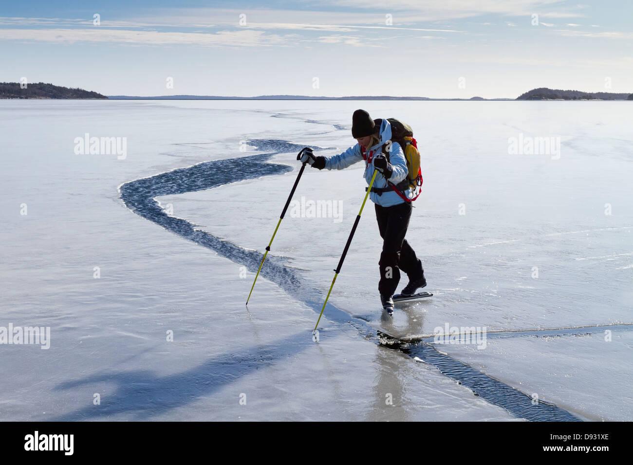 Persona pattinaggio sul mare congelato Immagini Stock