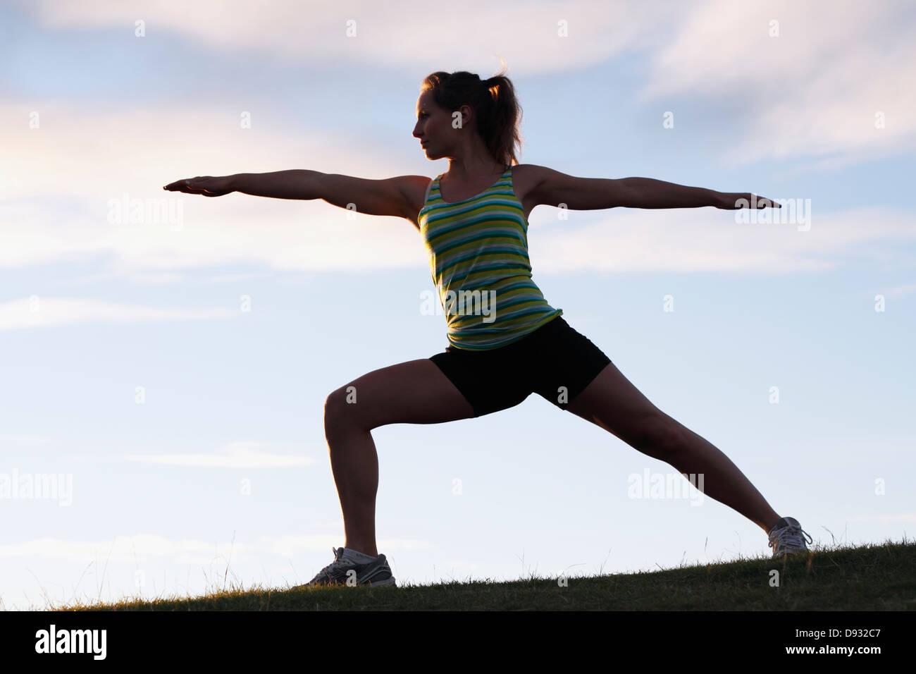 Giovane donna fare yoga Immagini Stock