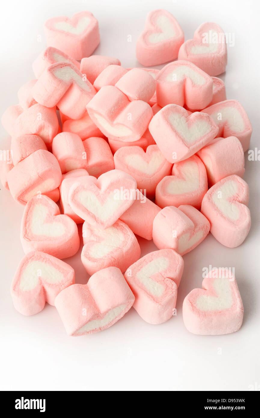 Rosa a forma di cuore marshmallows su sfondo bianco Immagini Stock