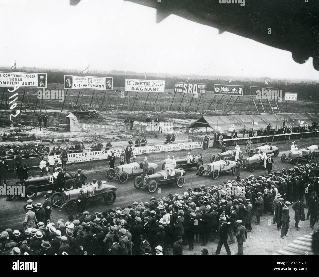 Gran Premio di Francia a Le Mans lunedì 25 luglio 1921. Il bianco Duesenbergs all'inizio sono elencati Immagini Stock