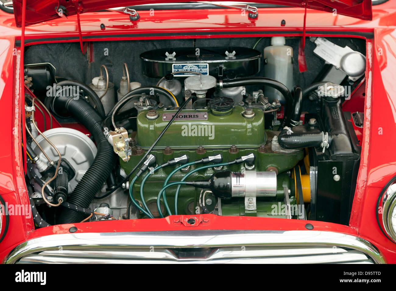 Red Austin Morris Mini auto motore sotto il cofano Immagini Stock