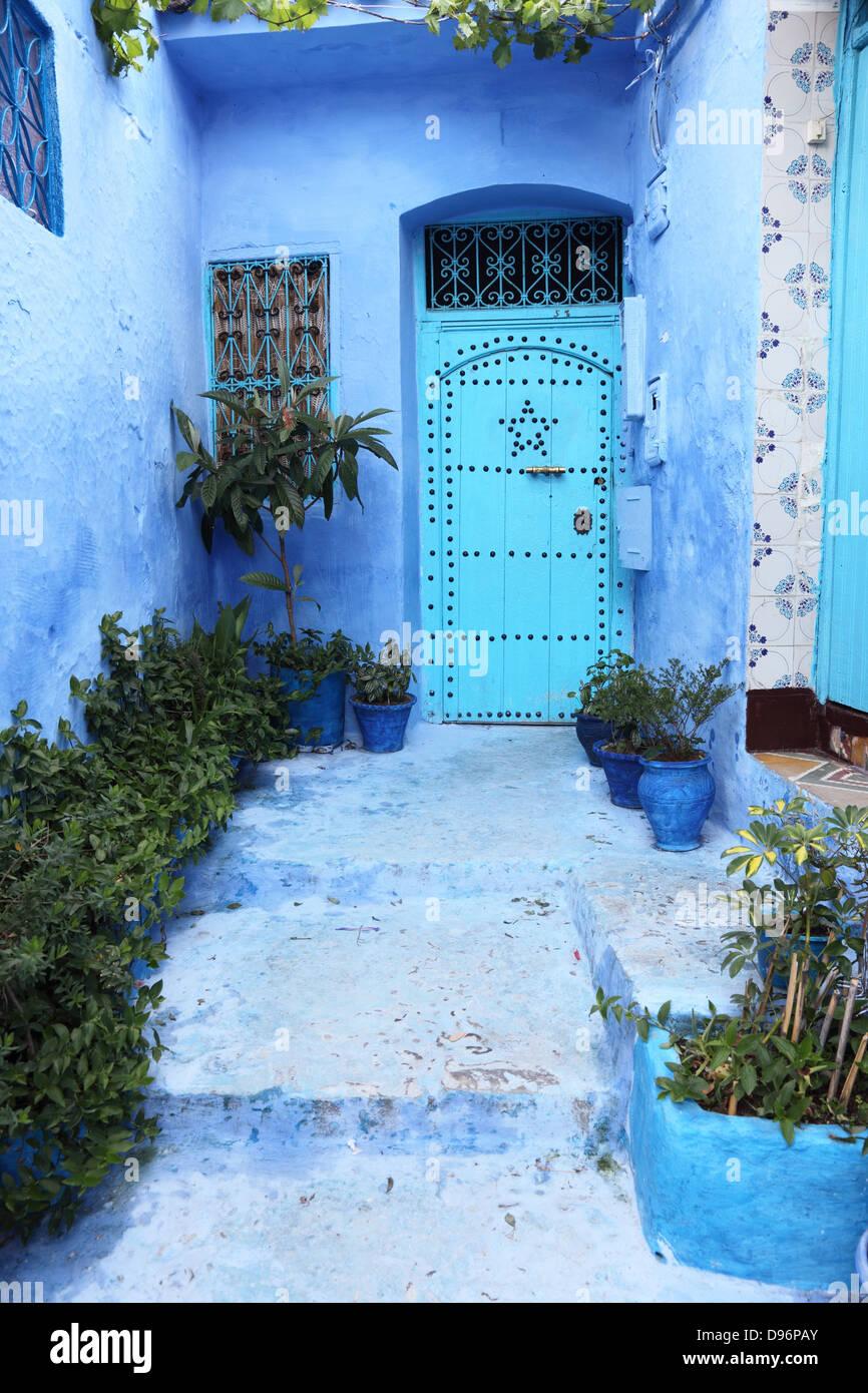 Porta blu nella medina di Chefchaouen, Marocco Immagini Stock