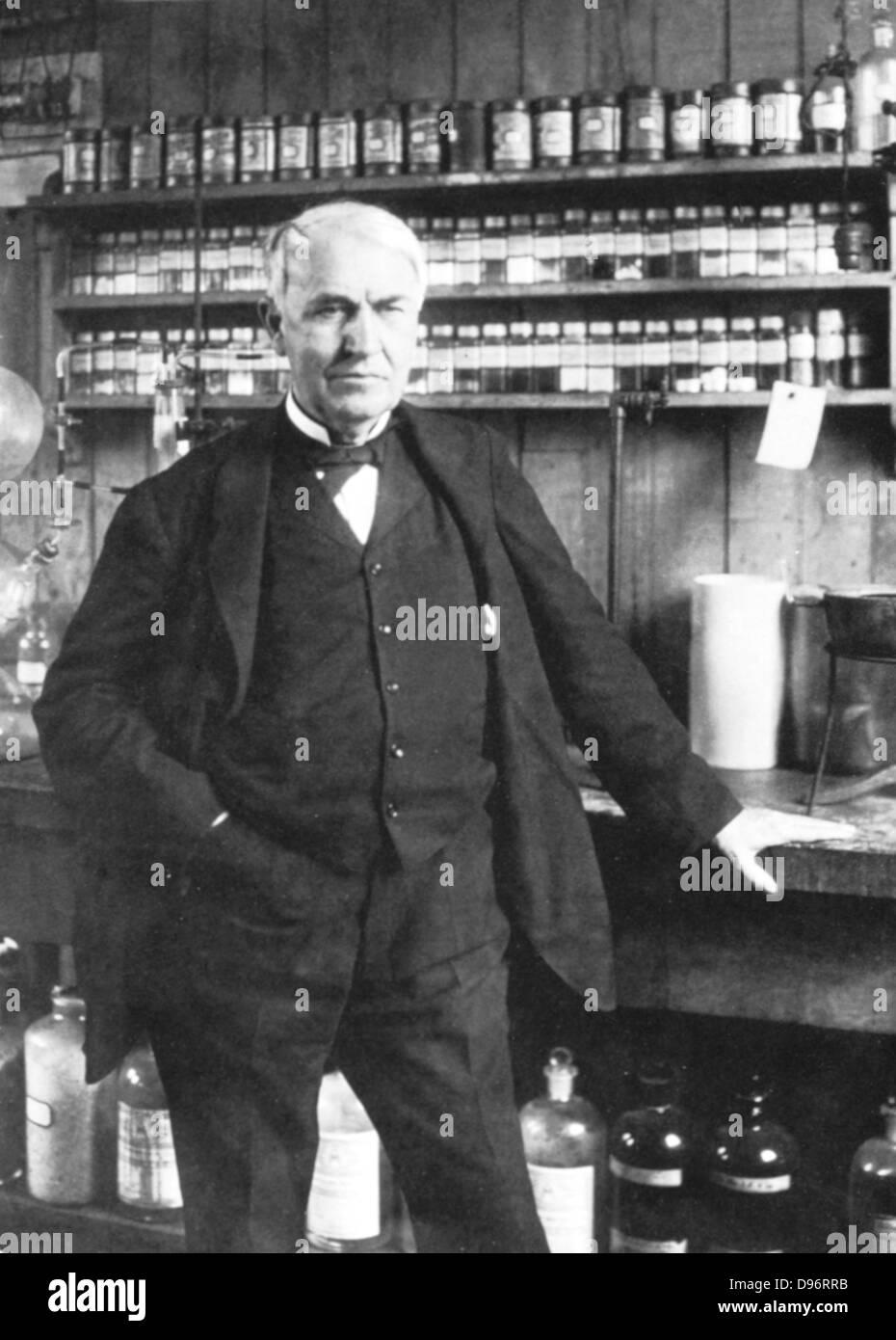 Thomas Alva Edison (1847-1931) inventore americano, nel suo laboratorio a Menlo Park, Immagini Stock