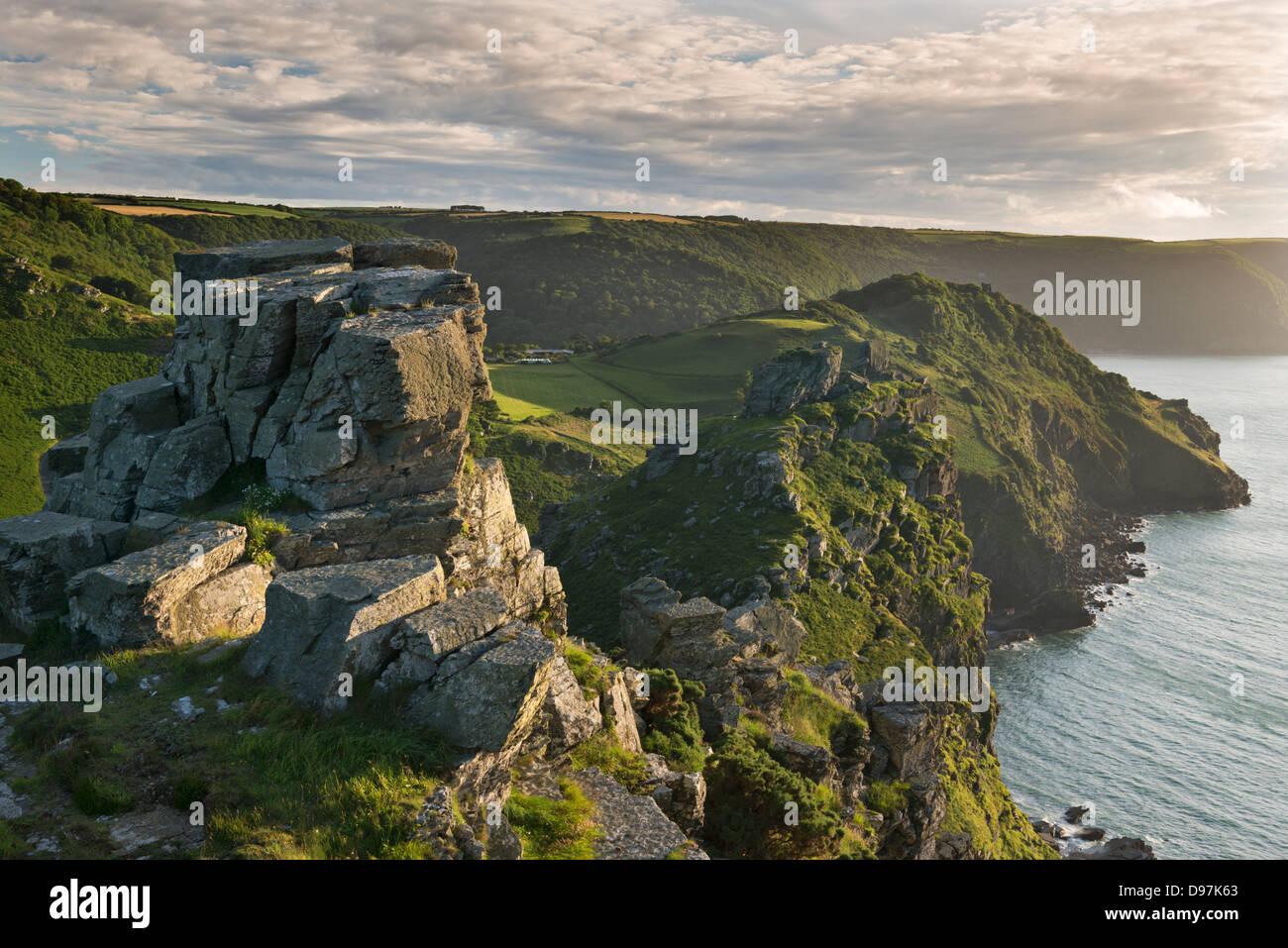 Torreggianti scogliere a valle delle rocce, Exmoor, Devon, Inghilterra. In estate (Luglio) 2012. Immagini Stock