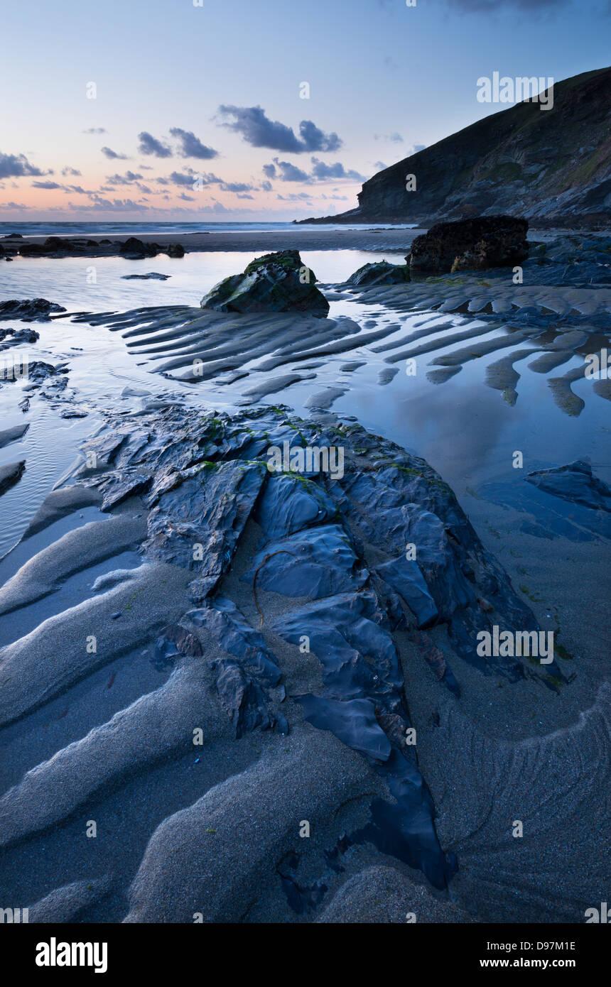 Crepuscolo sulla spiaggia Tregardock in North Cornwall, Inghilterra. In estate (Luglio) 2012. Immagini Stock