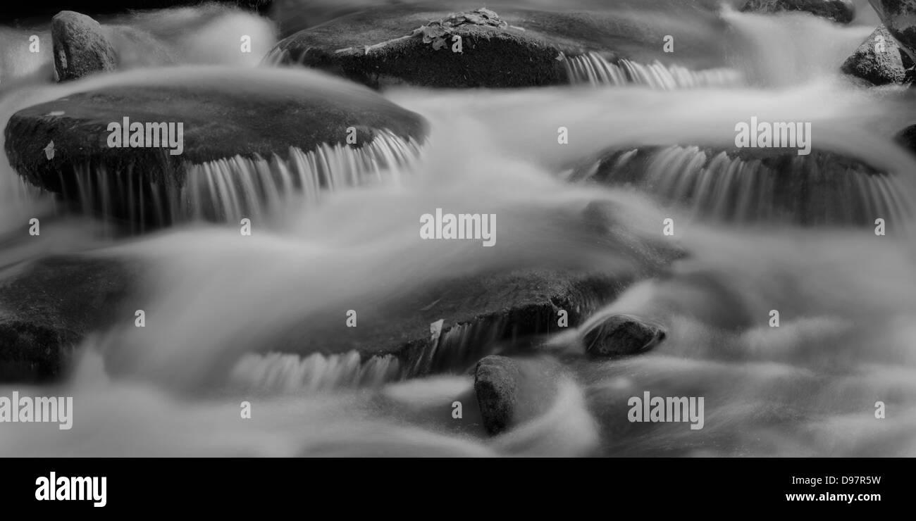 Le rocce e flusso di acqua lungo il Tremont Creek nel Parco Nazionale di Great Smoky Mountains, Tennessee Immagini Stock