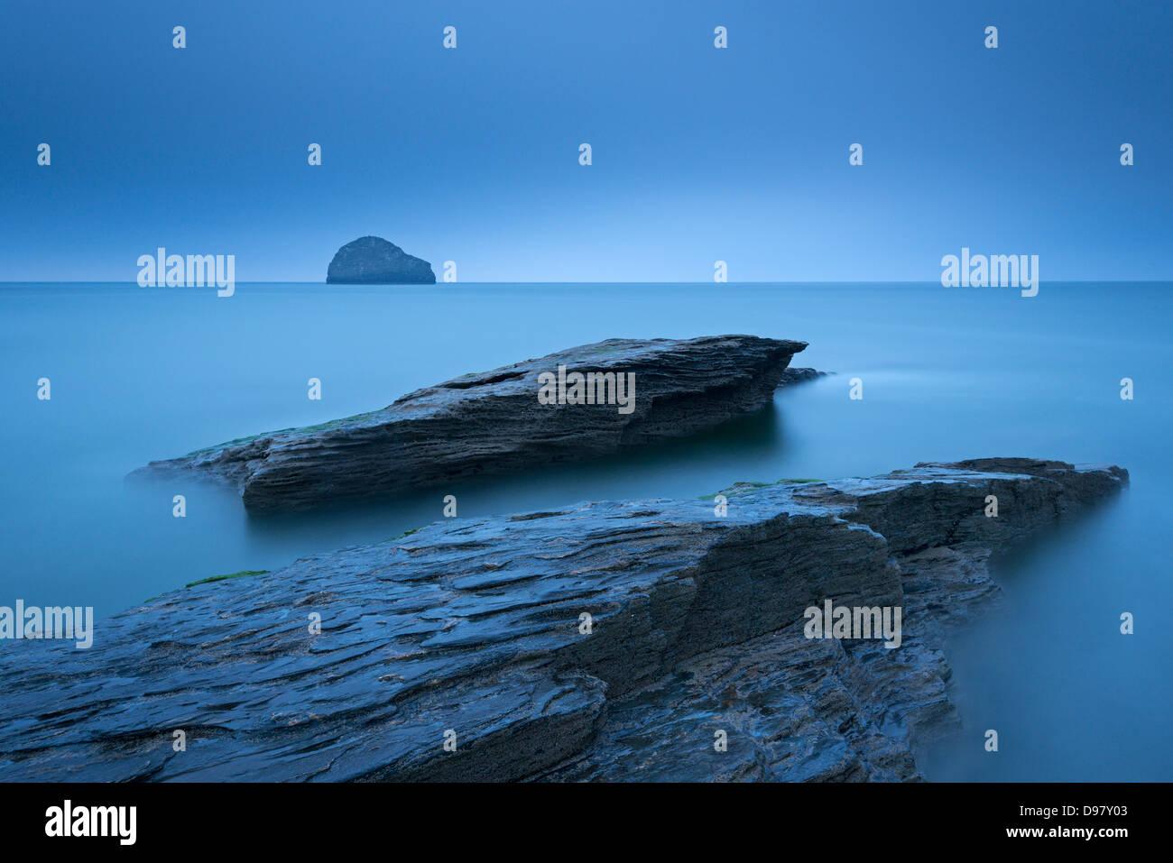 Twilight su uno sperone roccioso a North Cornish Coast a Trebarwith Strand, Cornwall, Inghilterra. Per il periodo Immagini Stock