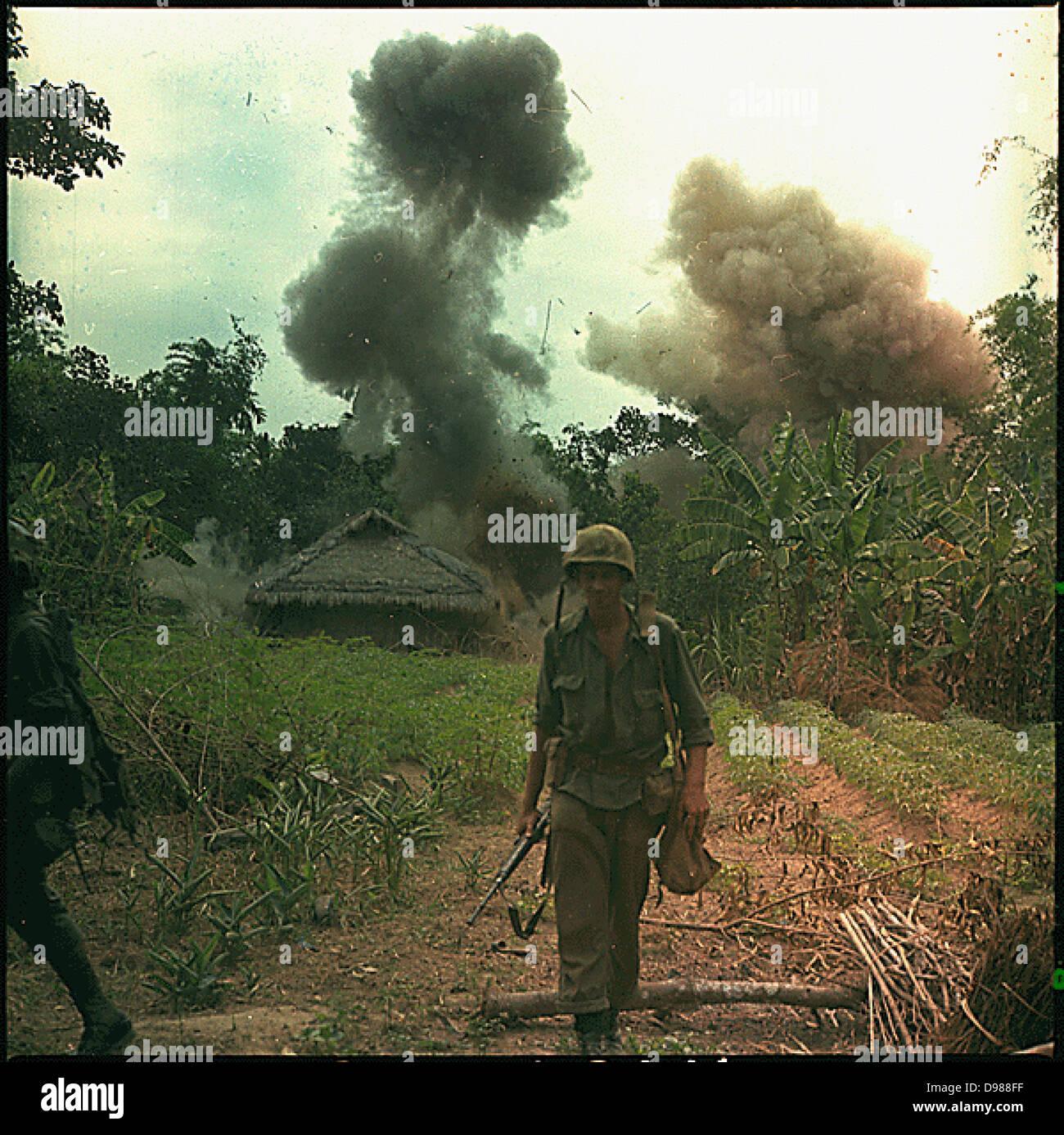 Funzionamento Georgia: US Marines Blow up bunker e tunnel utilizzati dai Vietcong, 5 maggio 1966. Fotografia di Immagini Stock