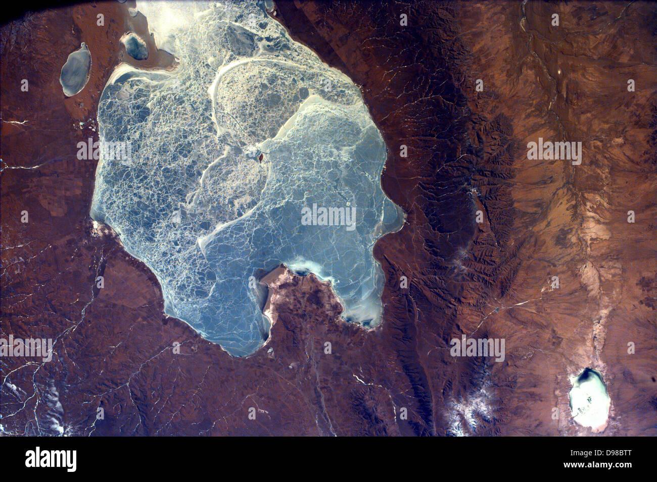 Questa immagine cattura quasi tutti di Quinghai, il lago più grande in Cina. Questo lago ha una elevazione Immagini Stock
