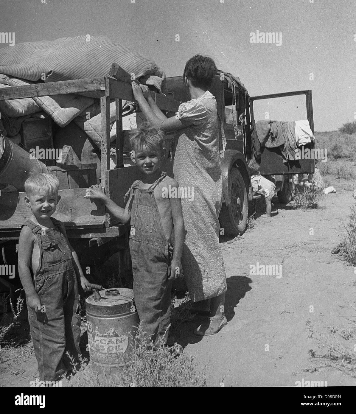 In America la Grande Depressione, 1936. Bisognosi famiglia di nove, in procinto di vendere il loro rimorchio e i Immagini Stock