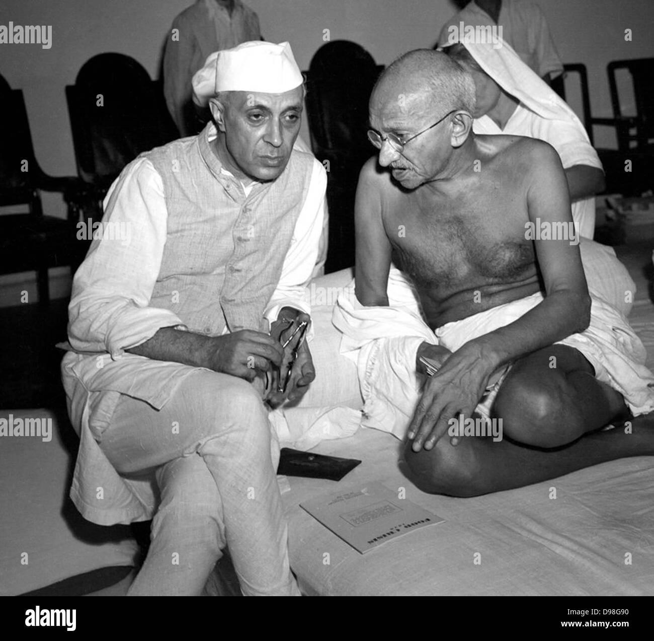 Ghandi discutendo il Quit India concetto con Nehru, 1942 Immagini Stock