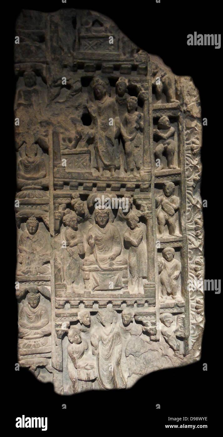 Frammento di infisso con quattro scene storiche. Iv secolo scisto rinvenuta in un monastero buddista in Afghanistan Foto Stock