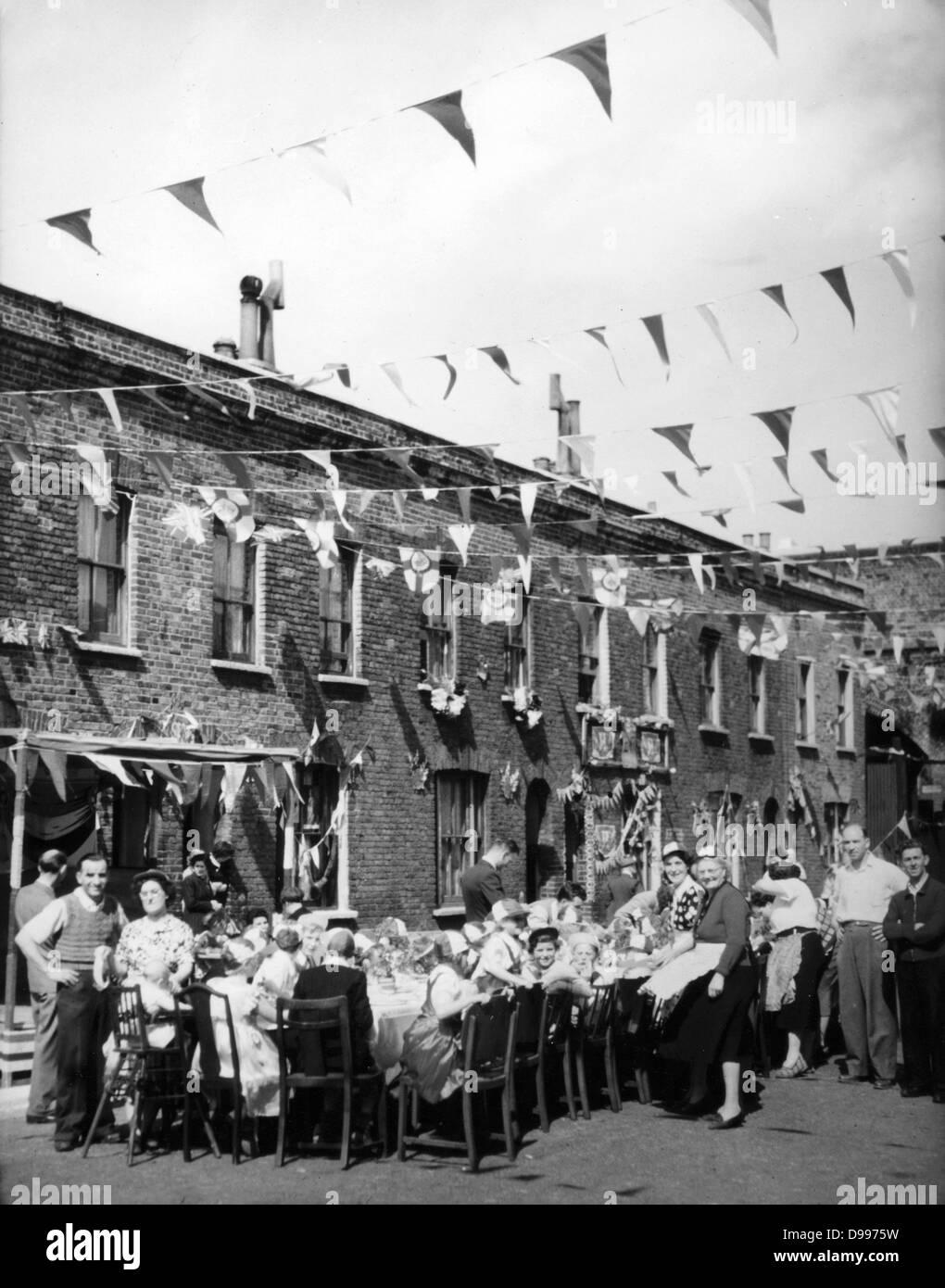1953 street party in Inghilterra per celebrare l incoronazione della Regina Elisabetta II Immagini Stock