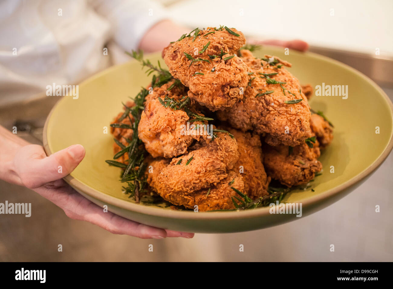Golden Fried Chicken pronto a mangiare sul tavolo Immagini Stock