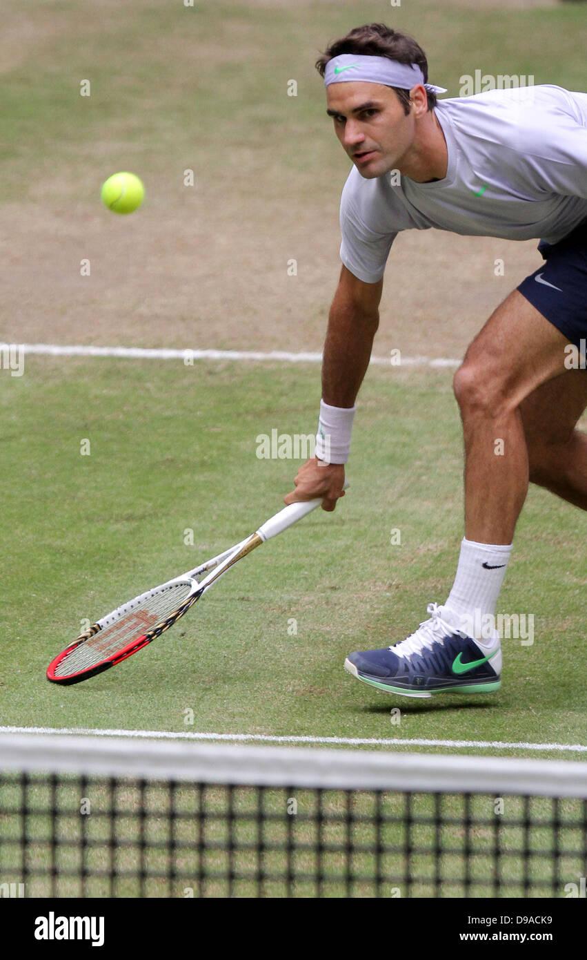 Halle/ Westfalia, Germania. 16 Giugno, 2013. Swiss giocatore di tennis Roger Federer gioca la palla durante la finale contro Youzhny dalla Russia al Torneo ATP di Halle/ Westfalia, Germania, 16 giugno 2013. Foto: OLIVER KRATO/dpa/Alamy Live News Foto Stock