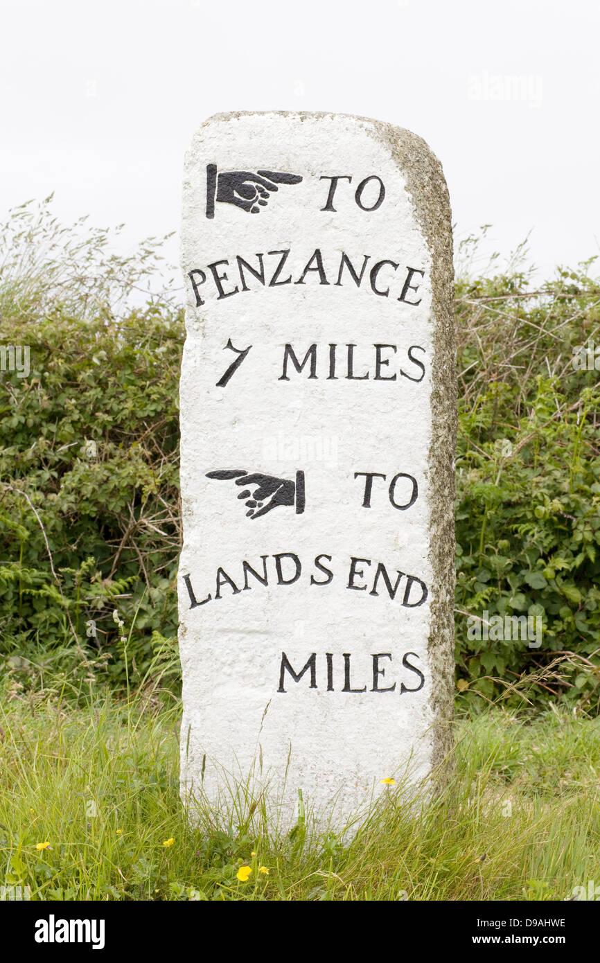 Penzance 7 miglia, Lands End, pietra miliare sul lato strada sulla A30 Cornovaglia Immagini Stock