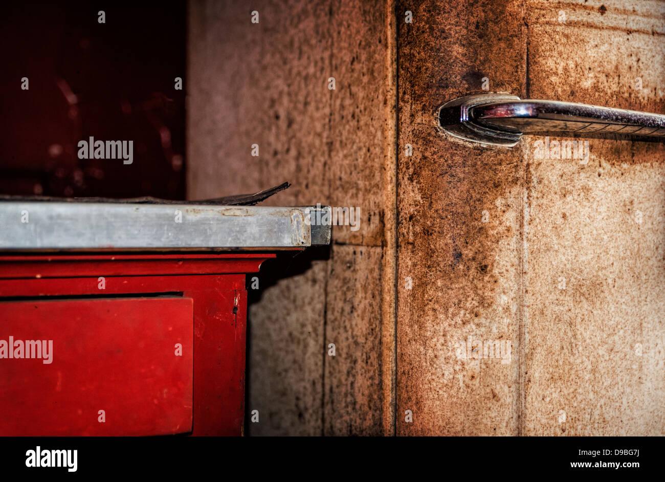 Dettaglio del vecchio arrugginito frigo e cucina. Immagini Stock