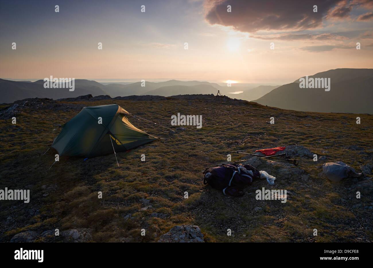Campeggio selvaggio sul vertice di Robinson, Buttermere nel distretto del lago. Immagini Stock