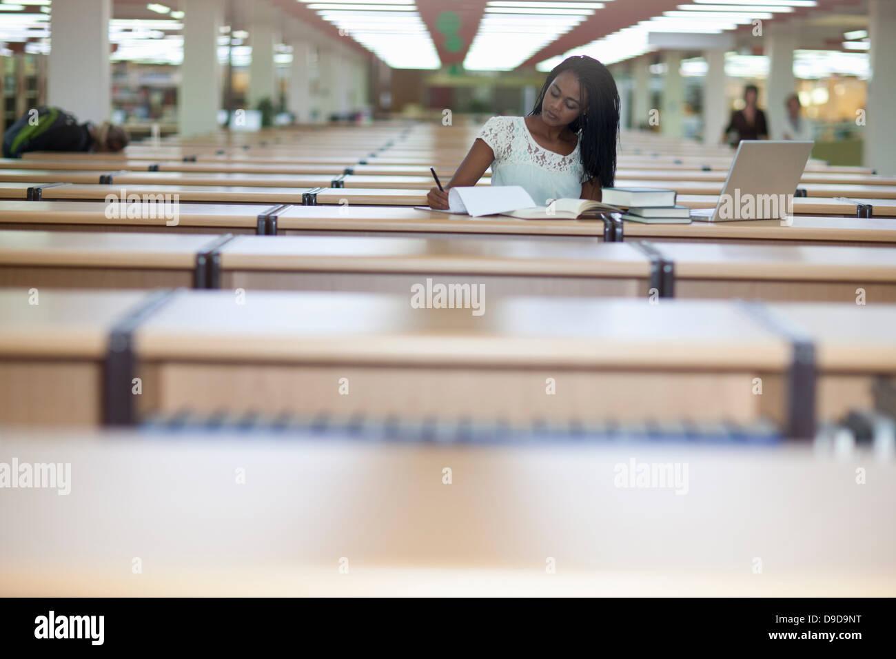 Studentessa studiare in biblioteca Foto Stock