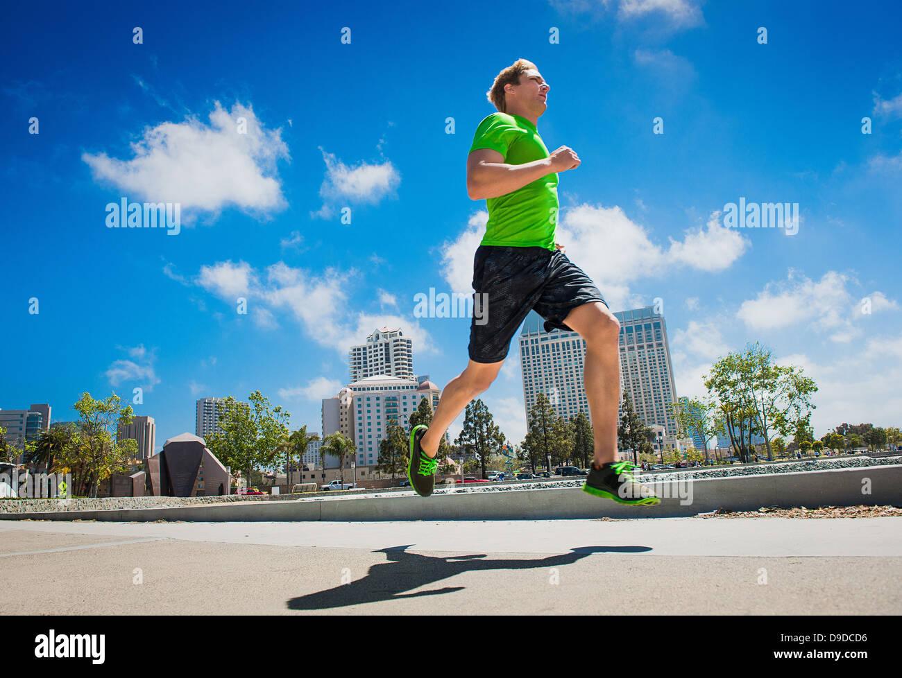 Giovane uomo jogging in città Immagini Stock