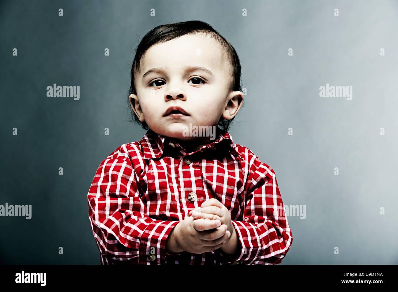 Ritratto di baby boy indossando maglietta controllati Immagini Stock