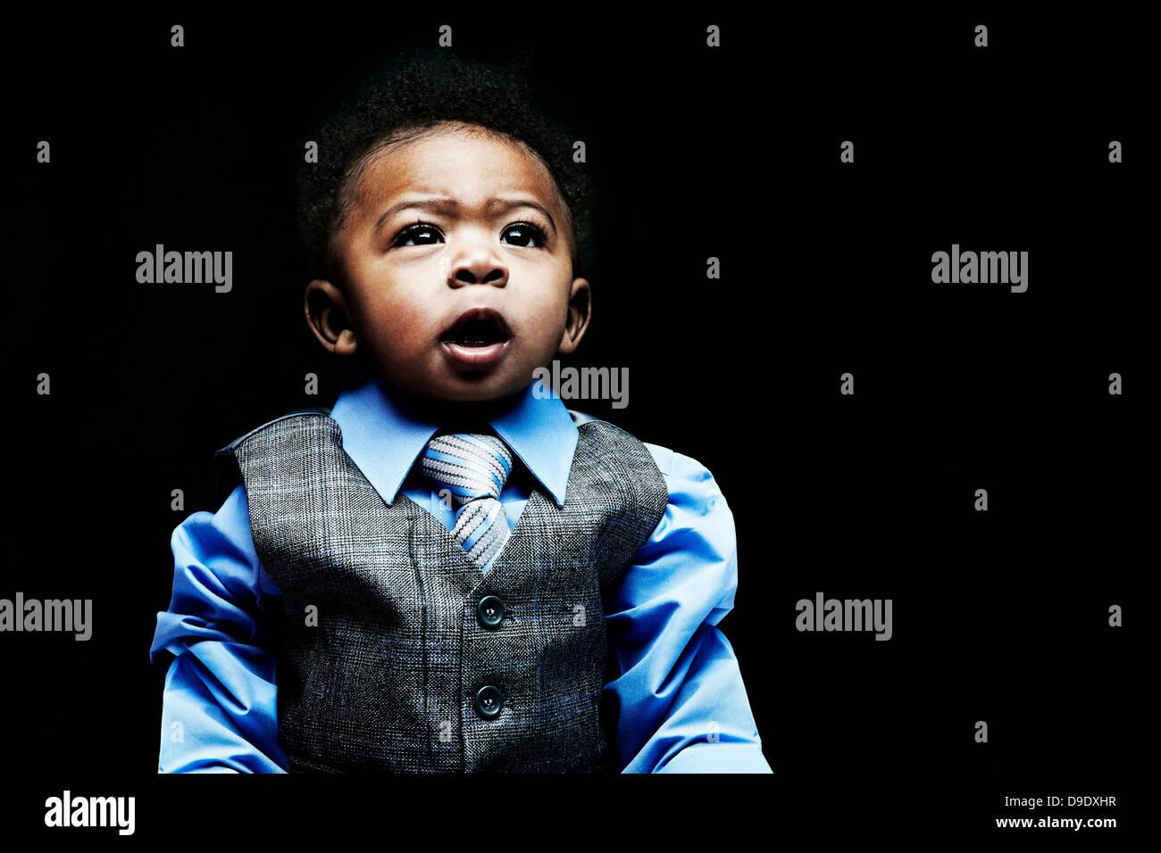 Ritratto di baby boy indossando gilet, camicia e cravatta Immagini Stock