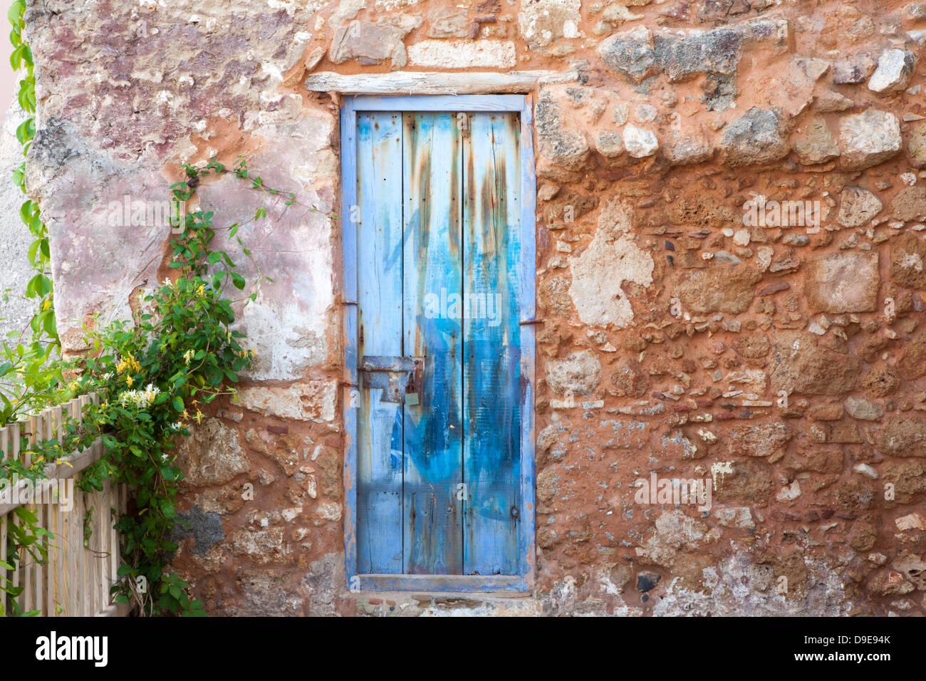Vecchia porta blu nel muro di pietra Immagini Stock