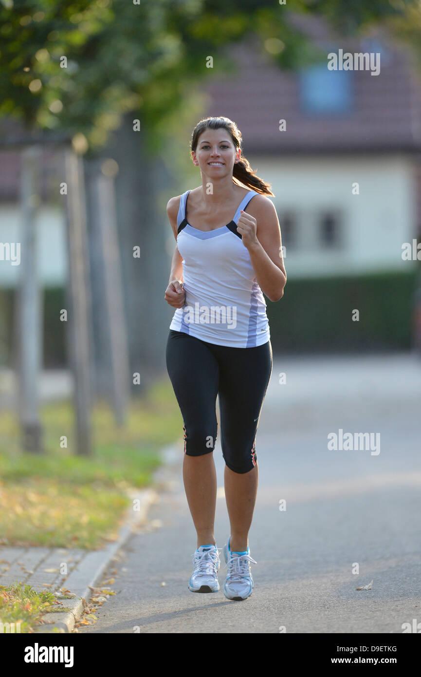 Giovane donna jogging (modello di rilascio) Immagini Stock