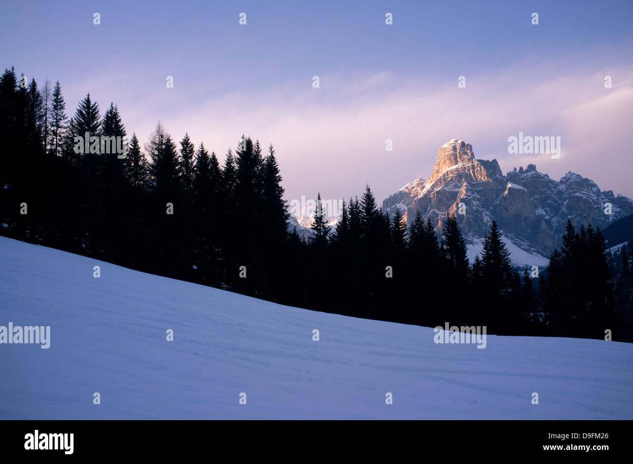 L'ultimo run, la vista della montagna Sassongher al tramonto da una pista ad Alta Badia ski resort, Dolomiti, Immagini Stock