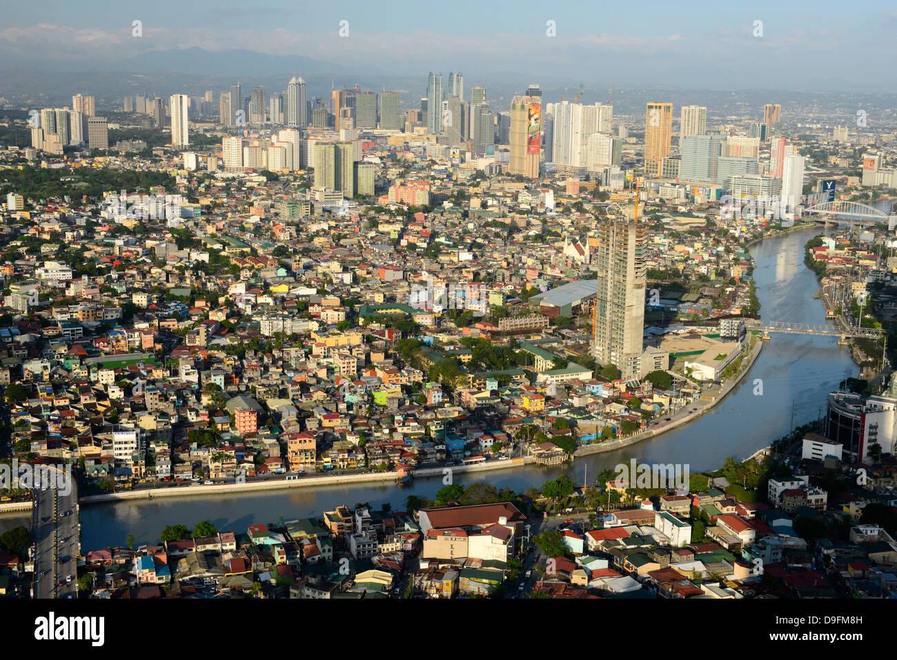 Edifici alti sul Ortiga Avenue, Pasig River e al di là di Mandaluyong, Metromanila, Filippine, Sud-est asiatico Immagini Stock