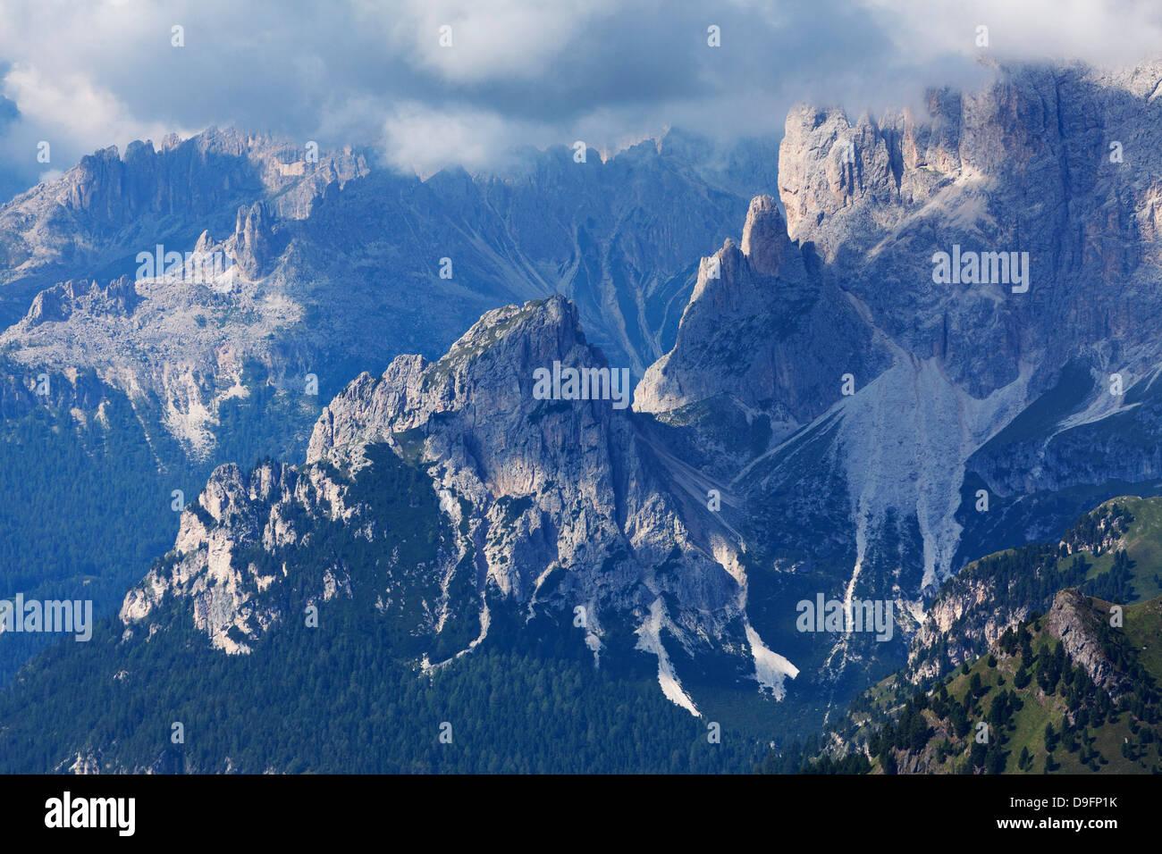 Le aspre cime del Catinaccio nelle Dolomiti vicino a Canazei, Trentino-Alto Adige, Italia Immagini Stock