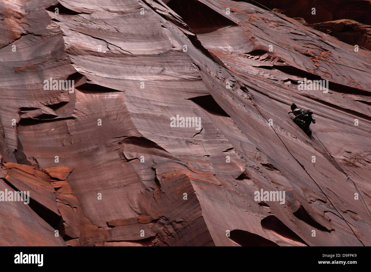 Un scalatore bilance scogliere a Indian Creek, Utah, Stati Uniti d'America Immagini Stock