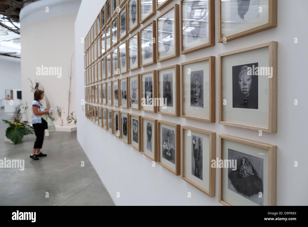 Il visitatore in una mostra al Museo di Arte Moderna della Città di Parigi, Palais de Tokyo, Parigi, Francia Immagini Stock