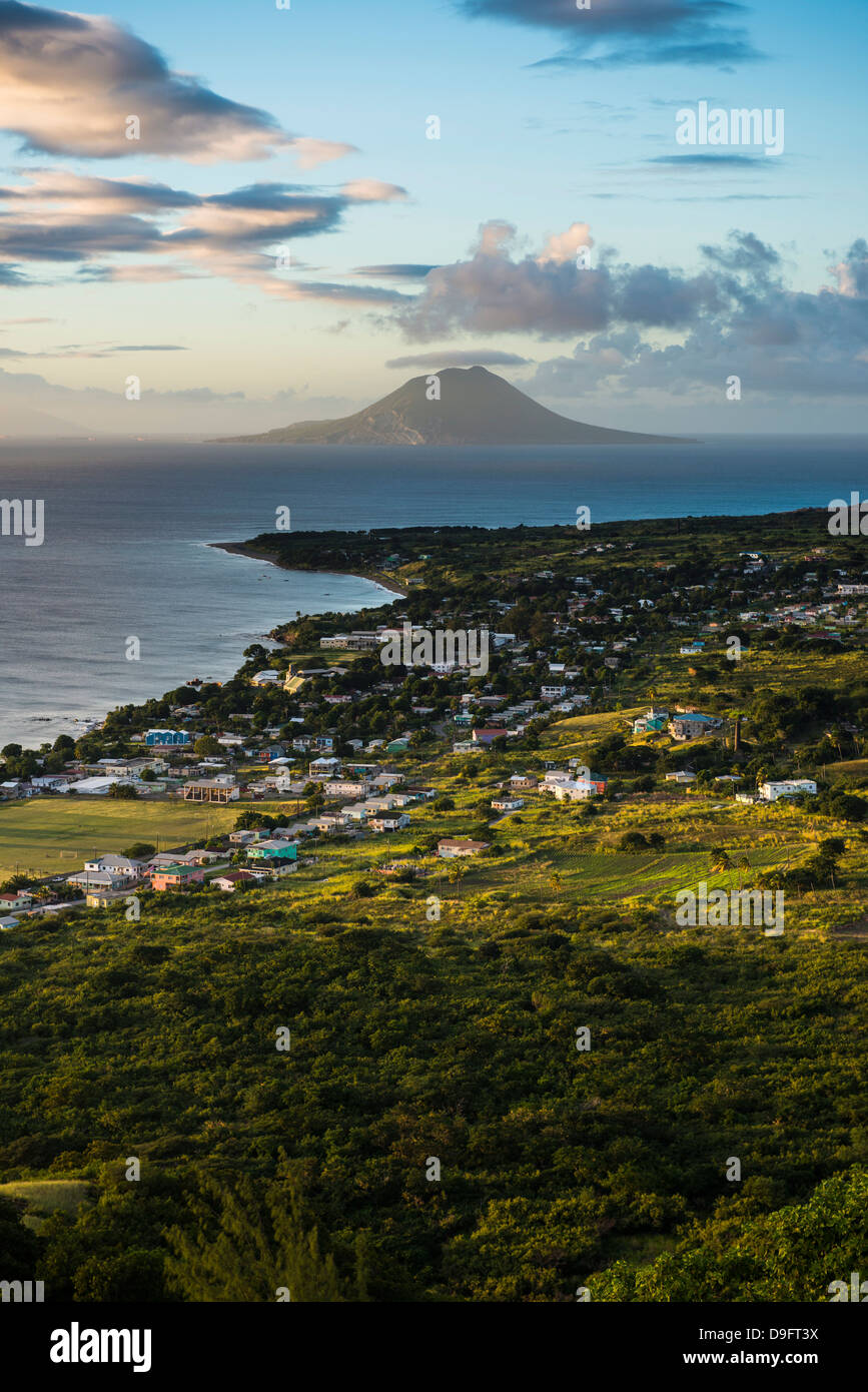 Vista di St. Eustatius da Brimstone Hill Fortress, Saint Kitts, Saint Kitts e Nevis, Isole Sottovento, West Indies, dei Caraibi Foto Stock