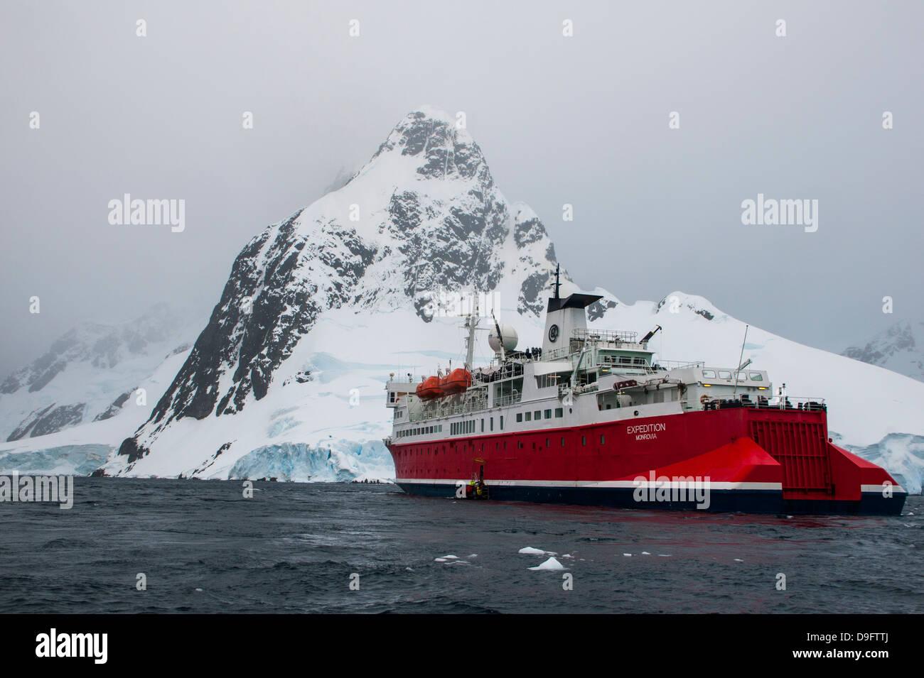 La nave di crociera nel canale di Lemaire, Antartide, regioni polari Immagini Stock