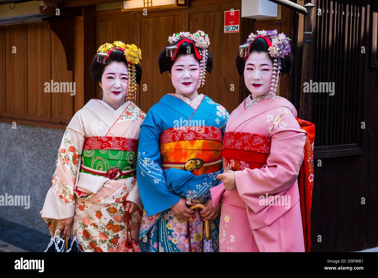 Tradizionalmente condita geishe nel vecchio quartiere di Kyoto, Giappone Immagini Stock