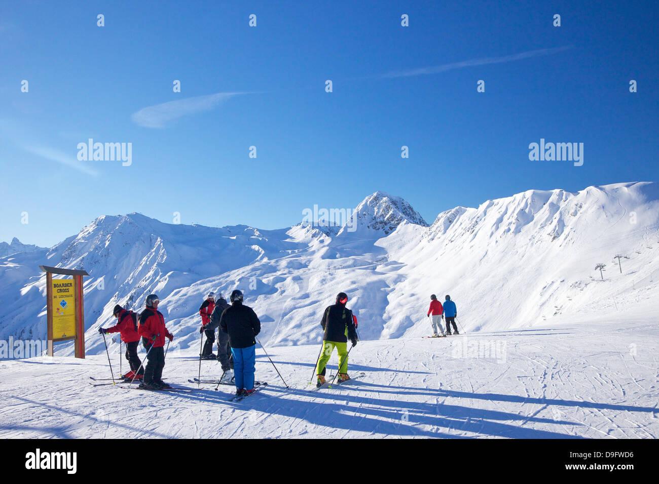Gli sciatori sulle piste la mattina presto in inverno, La Plagne, sulle Alpi francesi, Francia Immagini Stock
