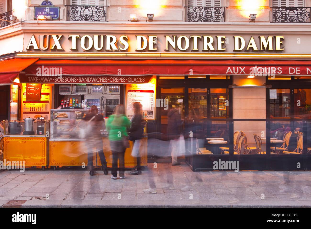 I turisti stand in linea per un rapido spuntino al di fuori di un ristorante a Parigi, Francia Immagini Stock