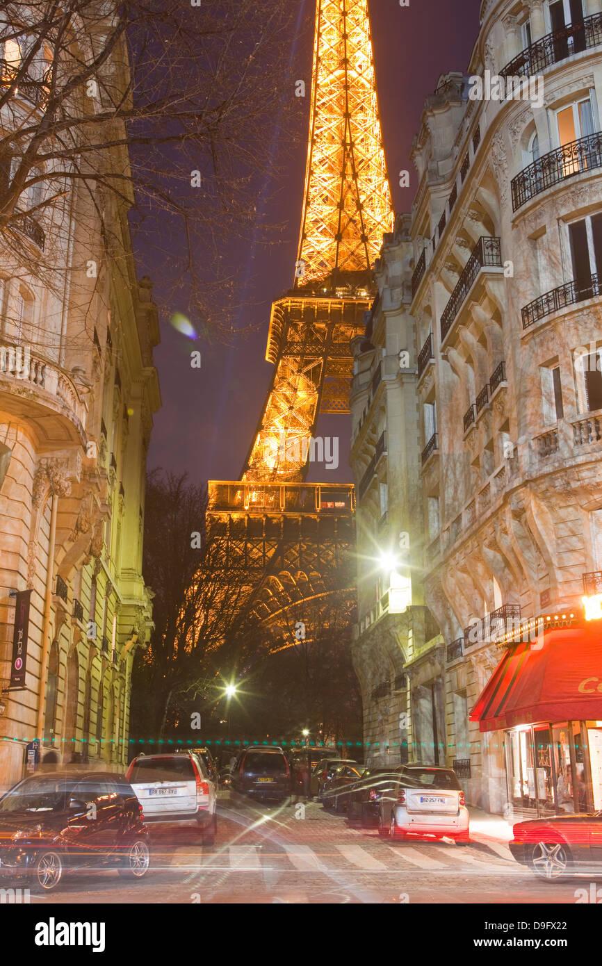 La mitica Torre Eiffel illuminata fino al crepuscolo in centro a Parigi, Francia Foto Stock