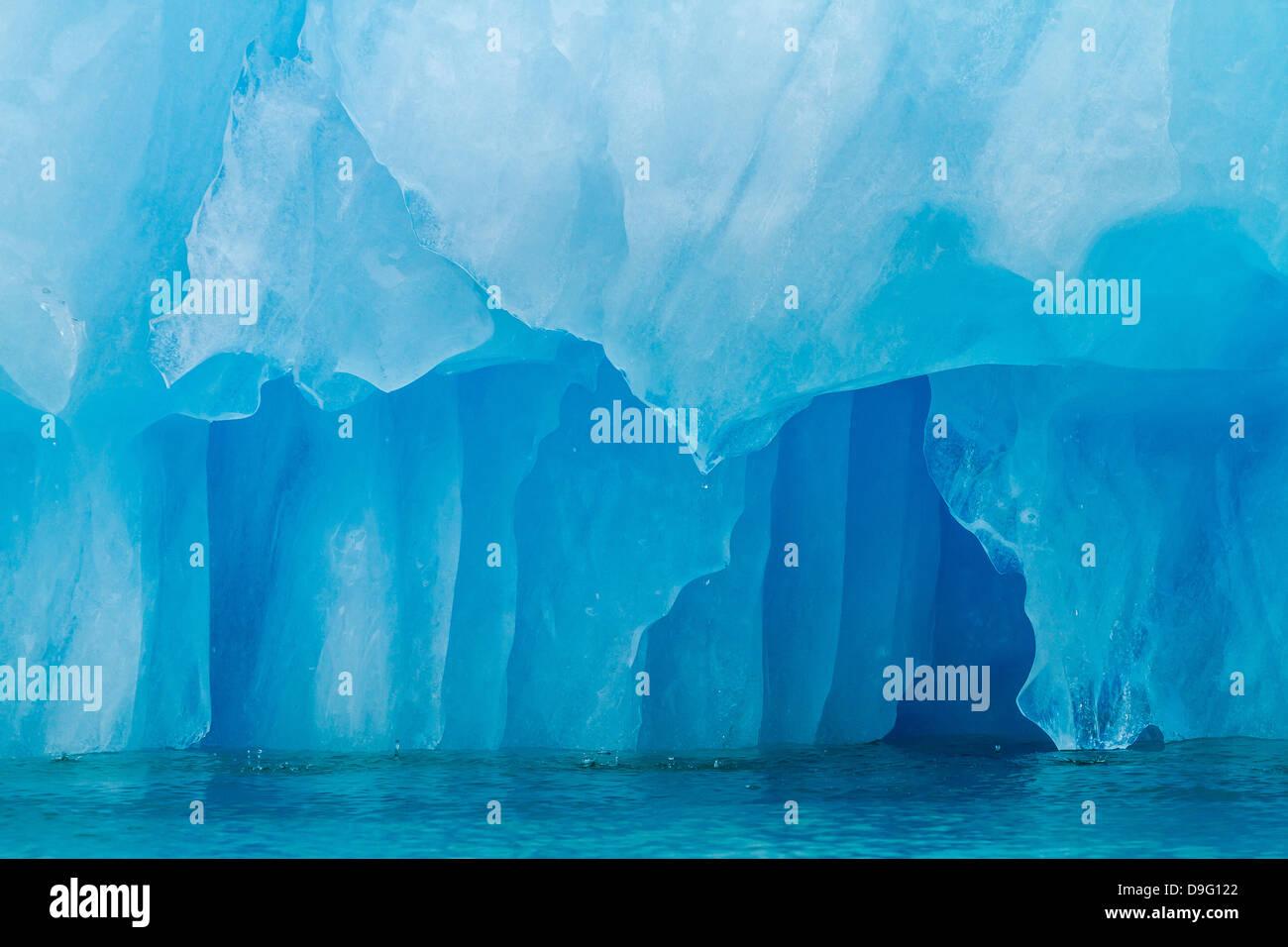 Il ghiaccio del ghiacciaio partorito dal ghiacciaio LeConte, al di fuori di San Pietroburgo, a sud-est di Alaska, Immagini Stock