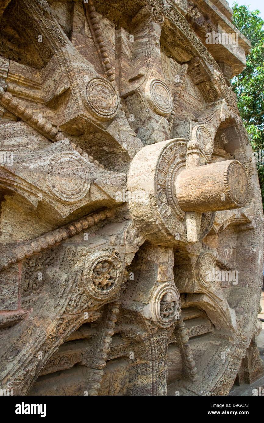 In prossimità della mola di pietra raggi, assale e il perno del cuneo a Sun tempio, Konark, Orissa, India, Asia Foto Stock