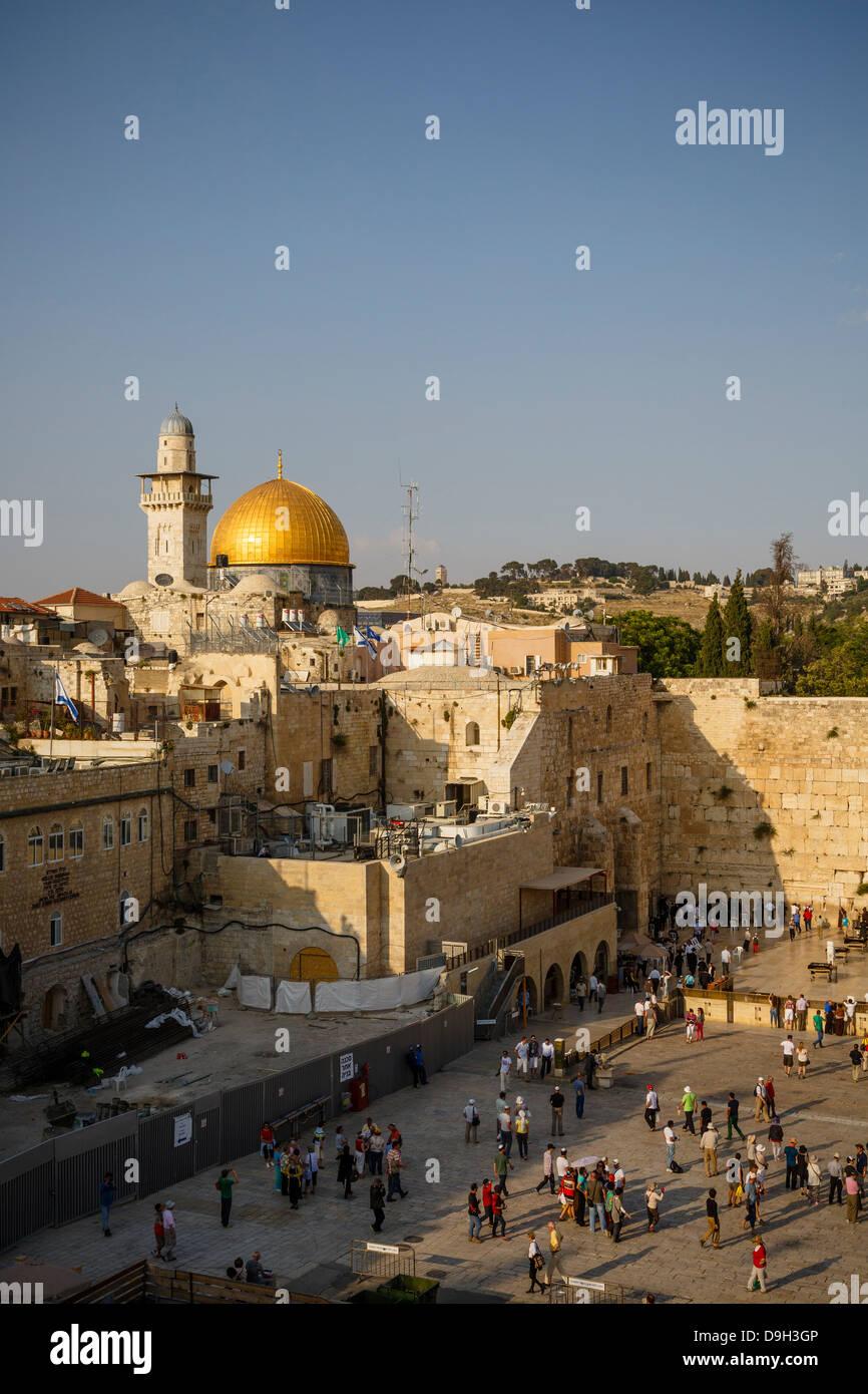 Vista sul muro del pianto, noto anche come il muro occidentale e la cupola della moschea di roccia, a Gerusalemme, Immagini Stock