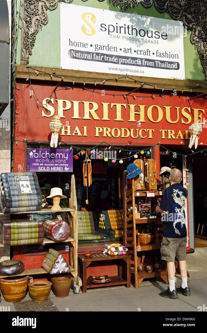 L'uomo navigando all artigianato fuori Spirithouse Thai di prodotti di commercio equo e solidale e artigianato Immagini Stock
