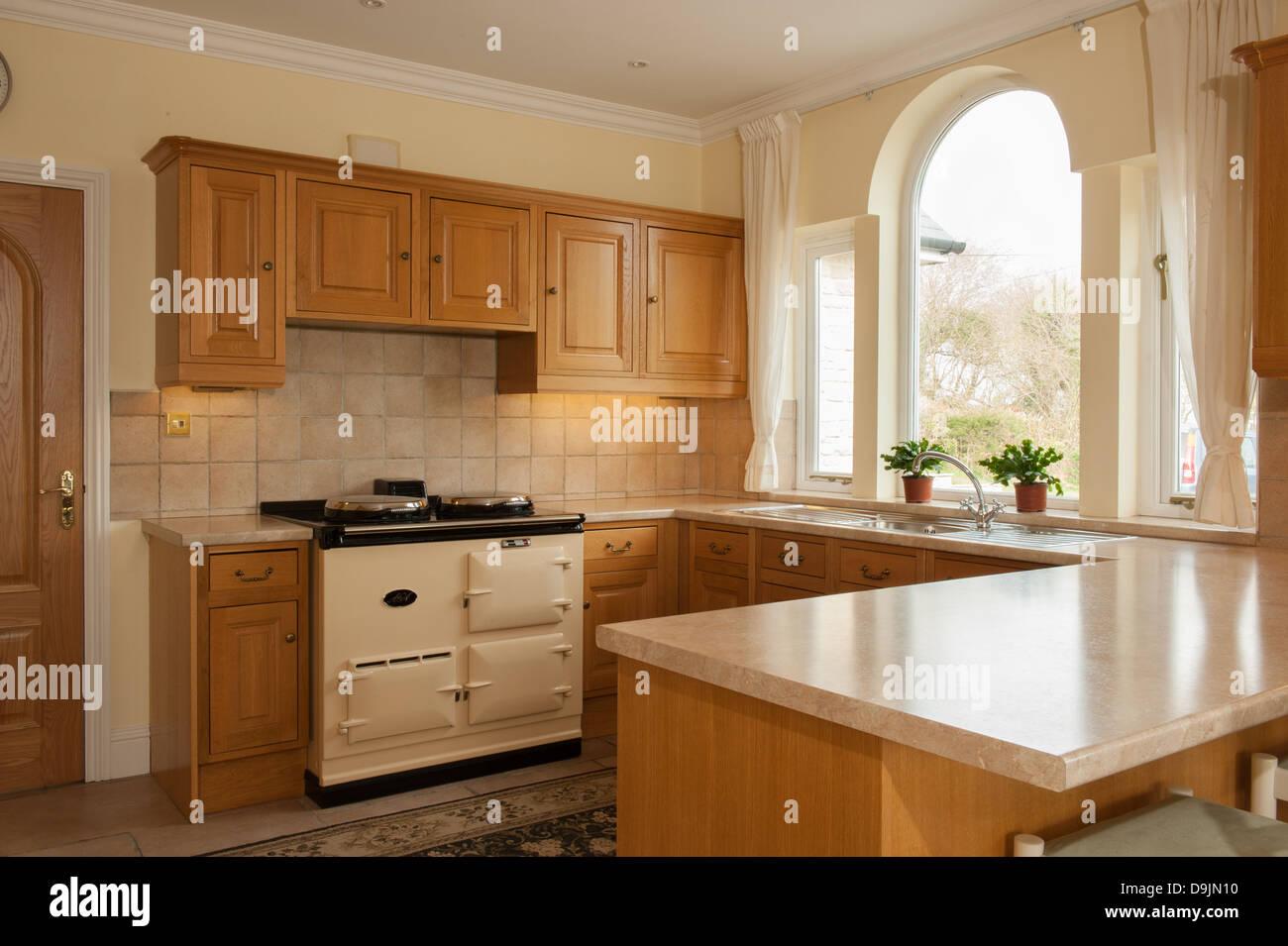 Stile tradizionale cucina in legno di quercia con Aga con finestra ...