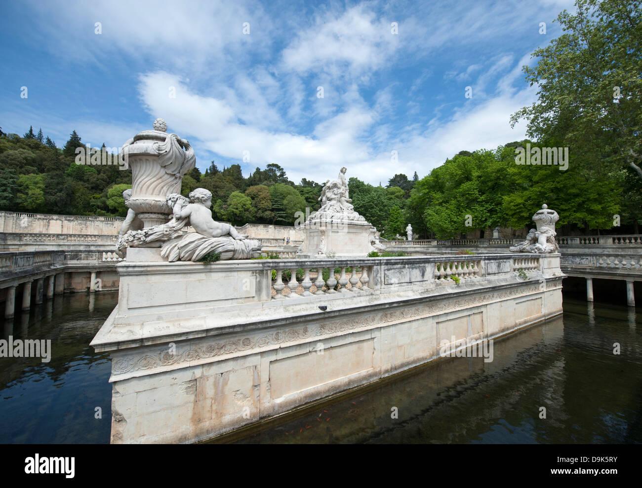 Le Nymphée con gruppo di sculture nel parco Les Jardin de la Fontaine in Nimes, Francia Immagini Stock