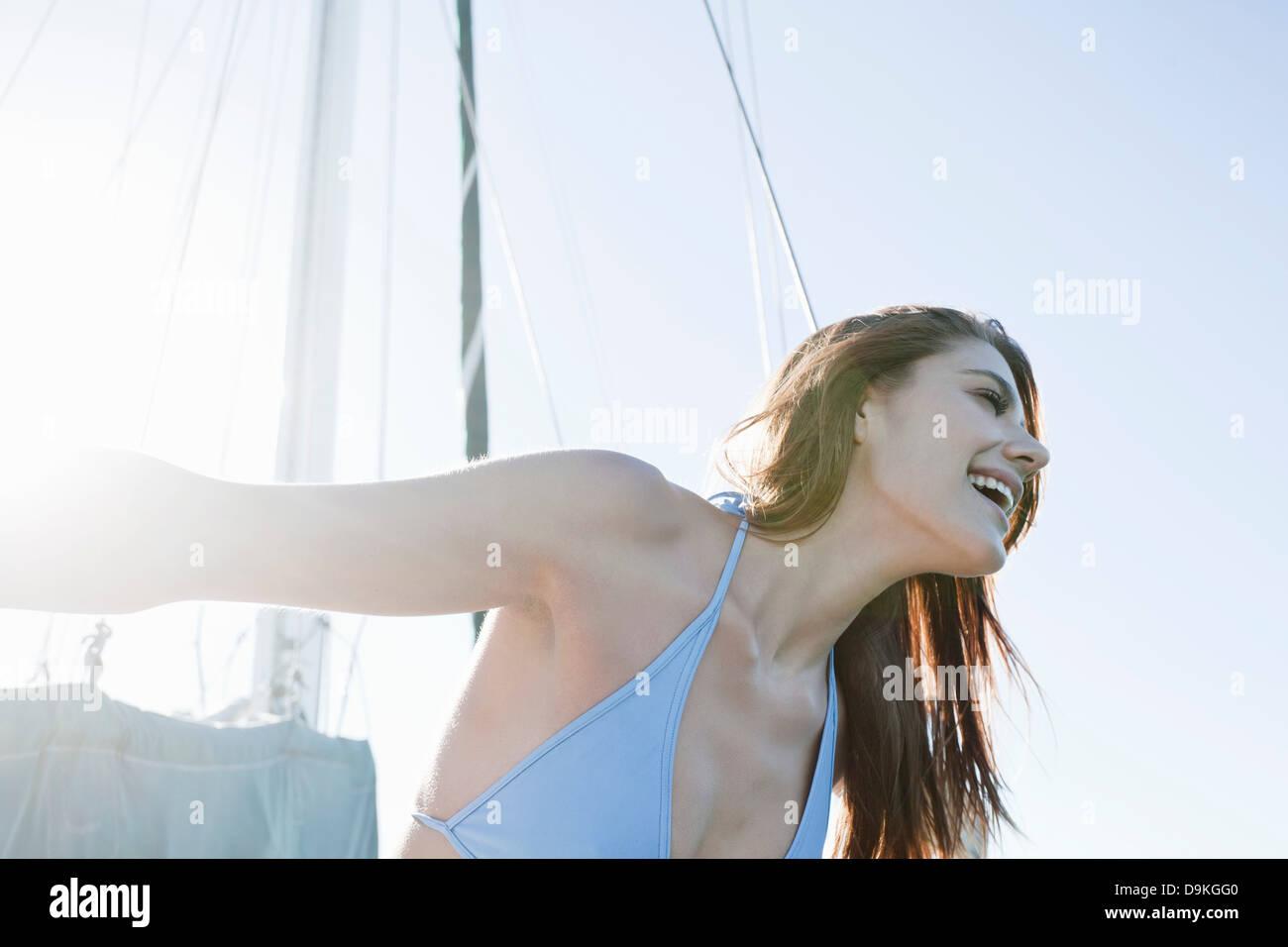 Bruna giovane donna su yacht, ridendo Immagini Stock