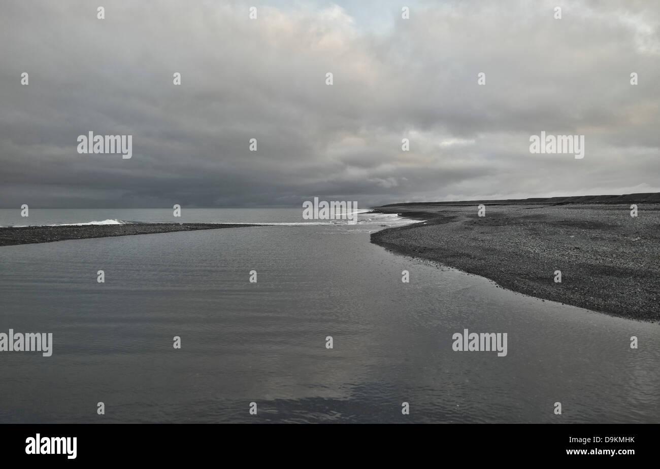 Lago di grigio nel paesaggio vuoto Immagini Stock