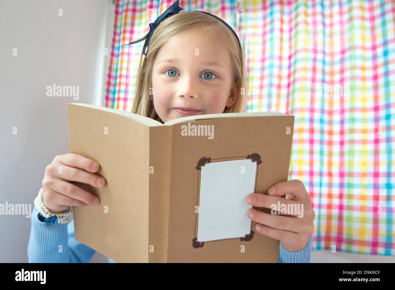 Ritratto di giovane ragazza libro di lettura Immagini Stock