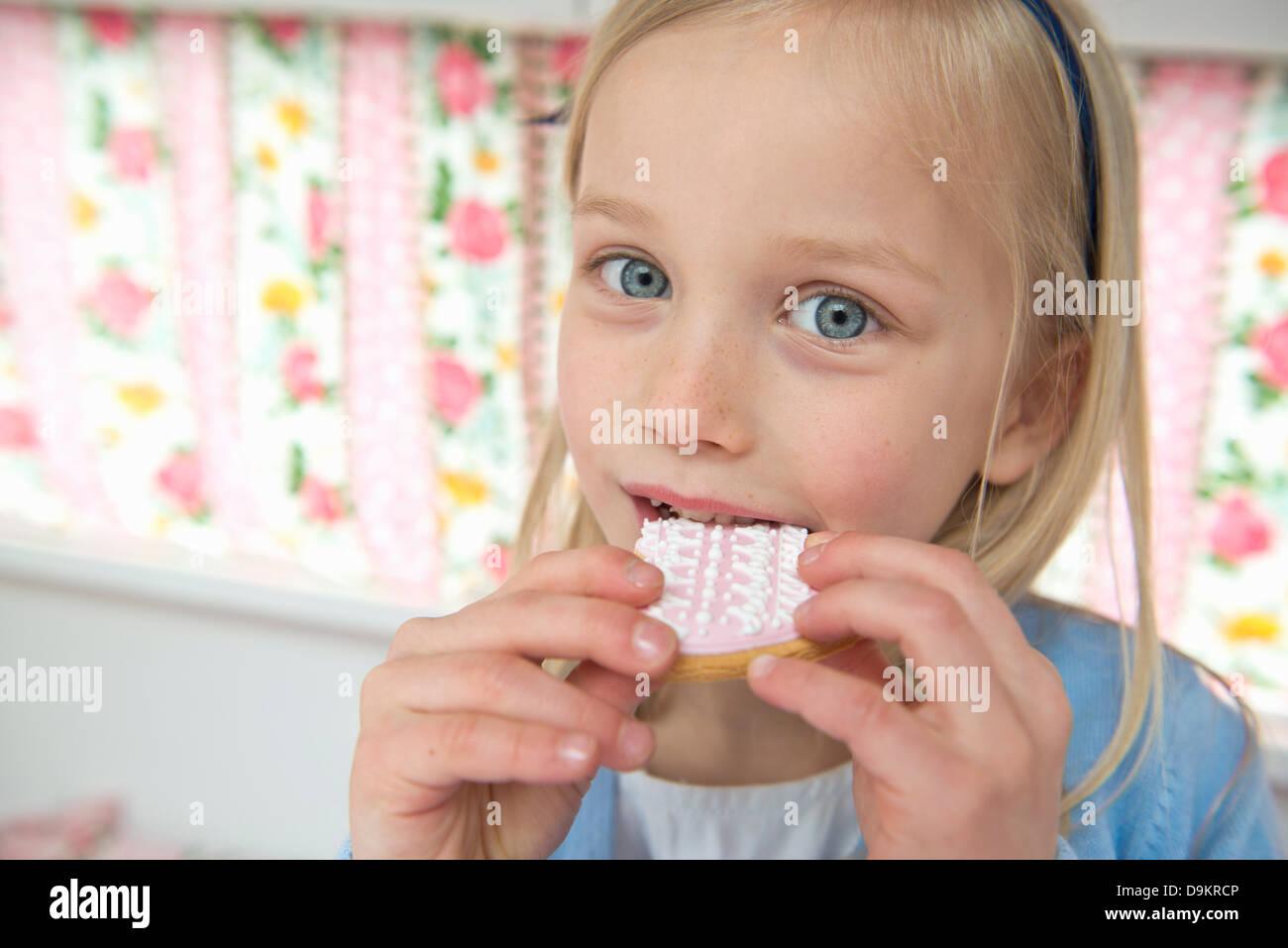 Ritratto di giovane ragazza di mangiare il biscotto in camper Immagini Stock